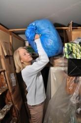 Frau räumt ihren Keller auf