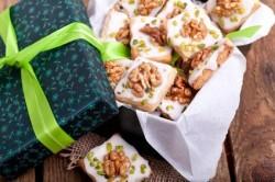 grüne Schachtel mit Weihnachtsplätzchen