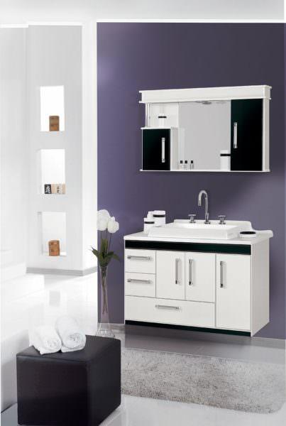 Badezimmer mit lila Wand